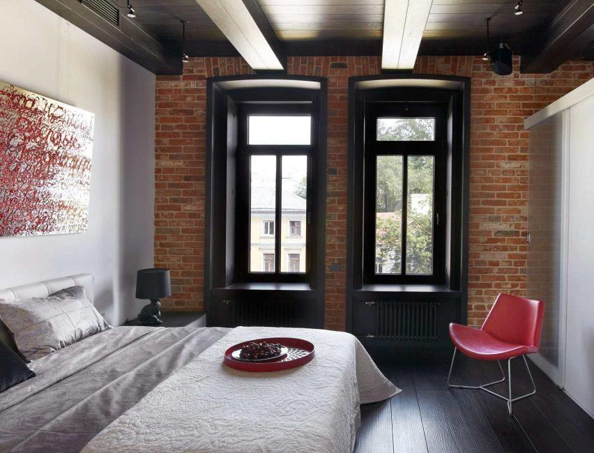 Деревянный потолок с балками и простая кирпичная кладка - отличный вариант для мужского интерьера