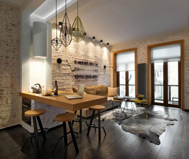 Комната с французскими окнами, которые дают много естественного света