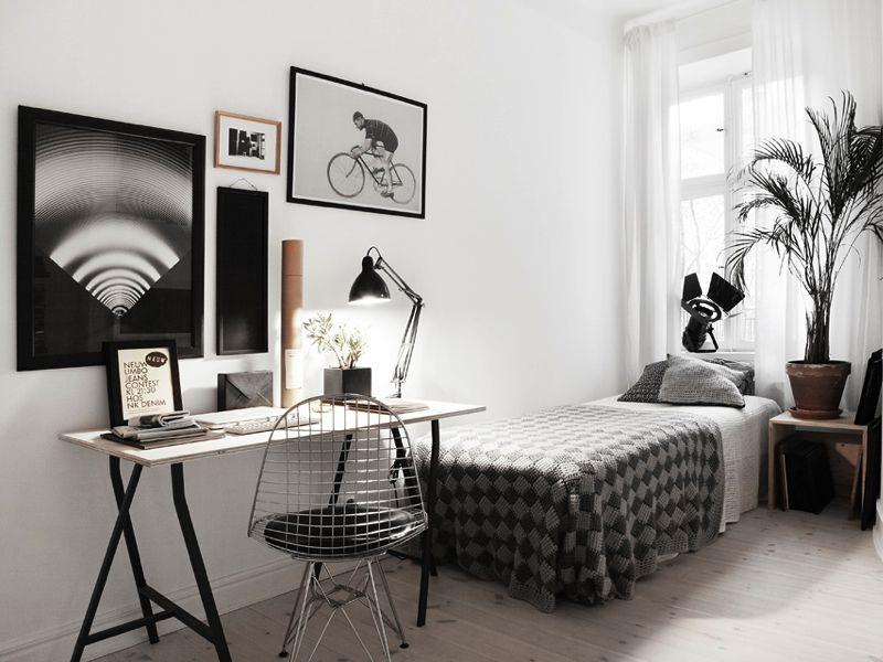 Односпальная кровать в интерьере комнаты