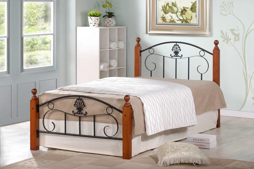 Деревянная кровать с металлическим основанием
