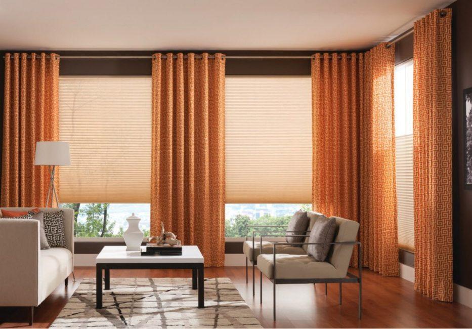 Яркие шторы из полупрозрачного материала