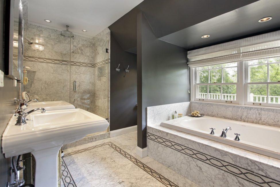 Рулонные шторы хороши даже для ванной комнаты