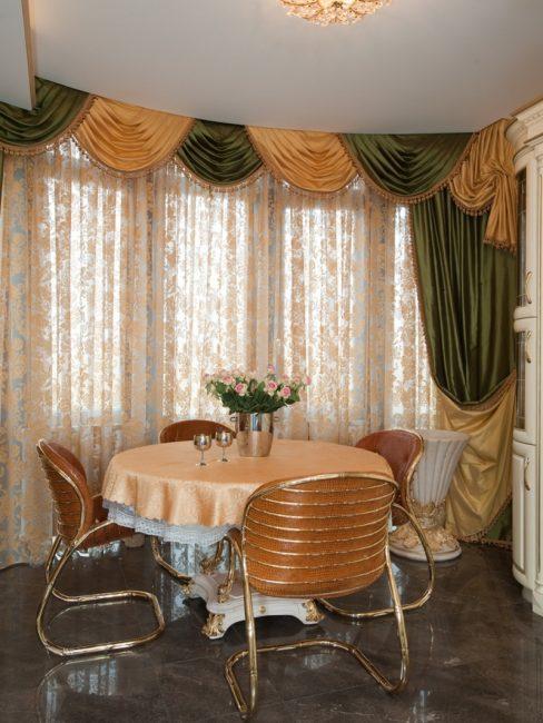Сочетание разных материалов занавесок: тюль и шелковые шторы