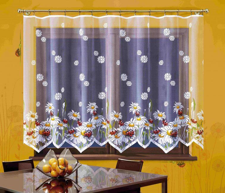 Кухонный тюль с цветочными мотивами
