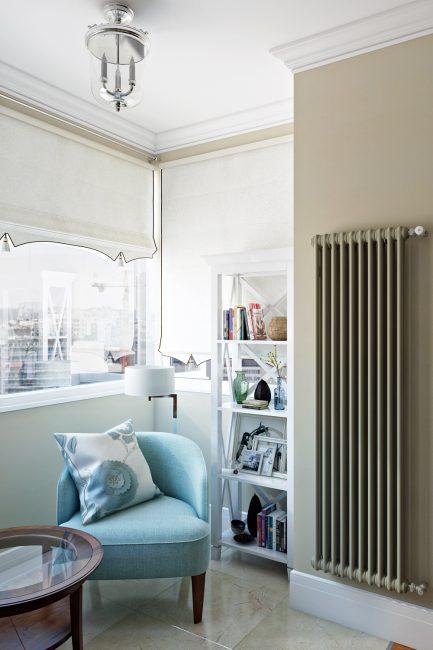 Уголок для чтения в угловой спальне