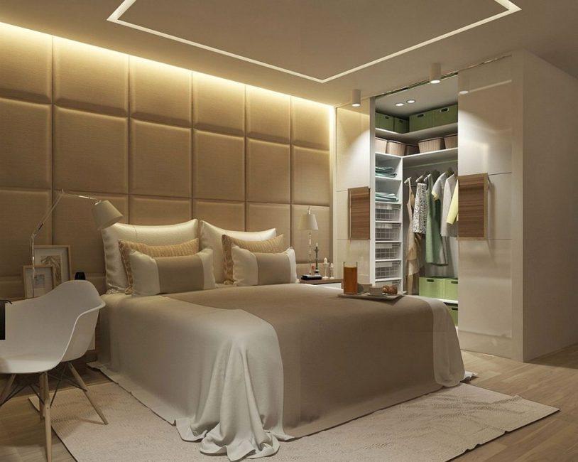 Встроенная гардеробная в асимметричной спальне