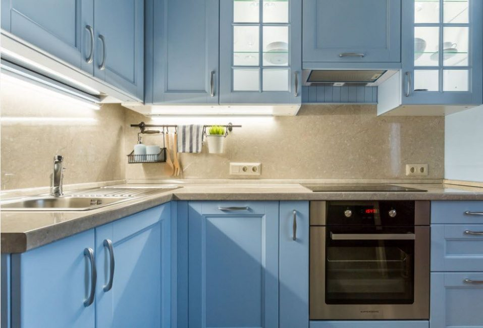 Кухонный гарнитур в светлых оттенках сделает пространство легким и уютным