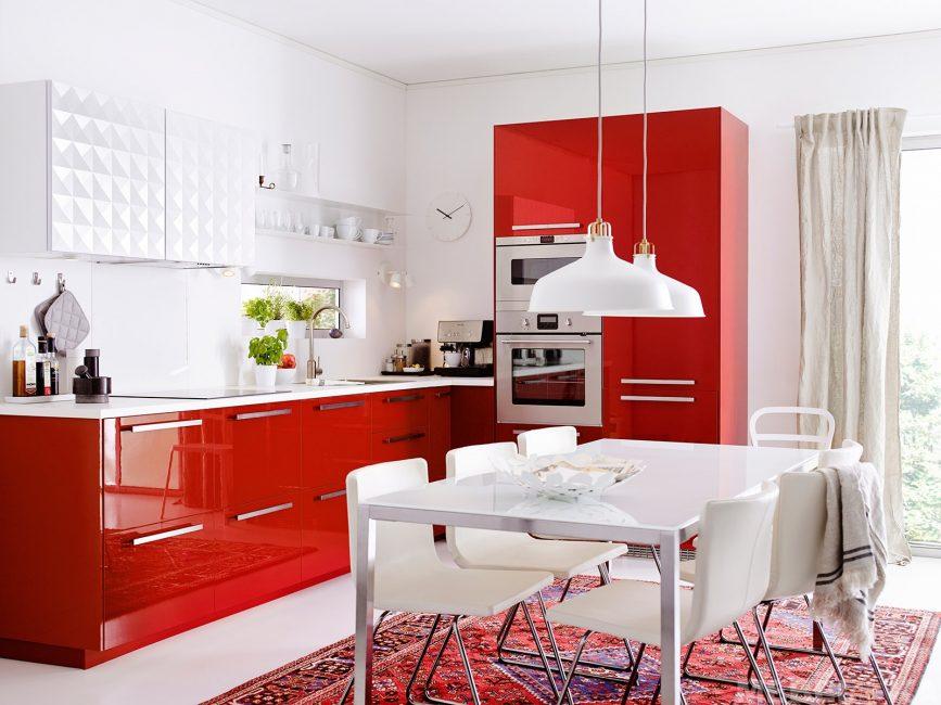 Если хотите больше пространства - отличным вариантом станет угловой кухонный гарнитур