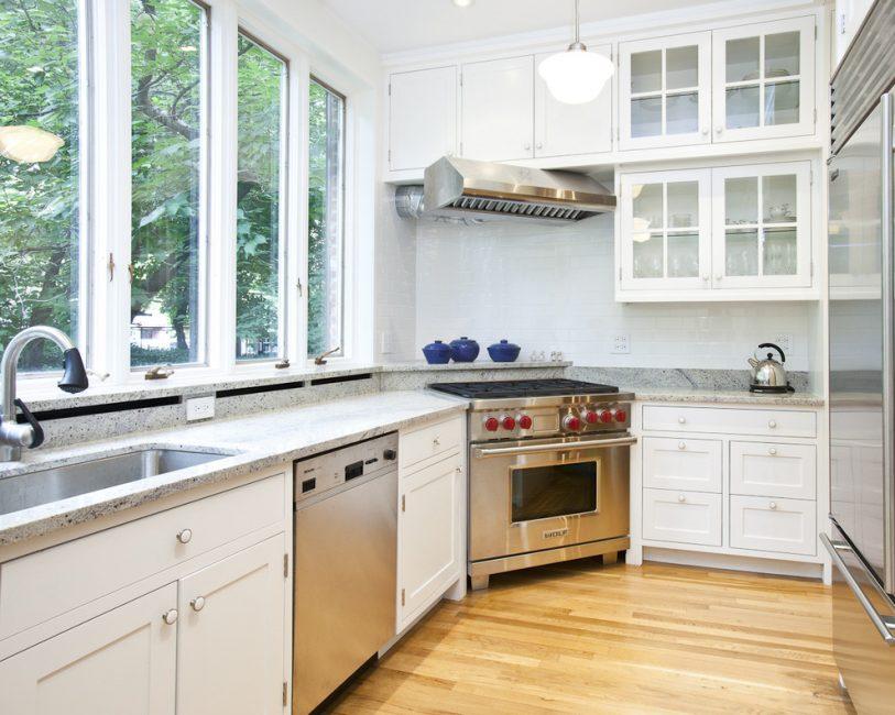Рабочее пространство возле окна дает возможность любоваться природой во время готовки