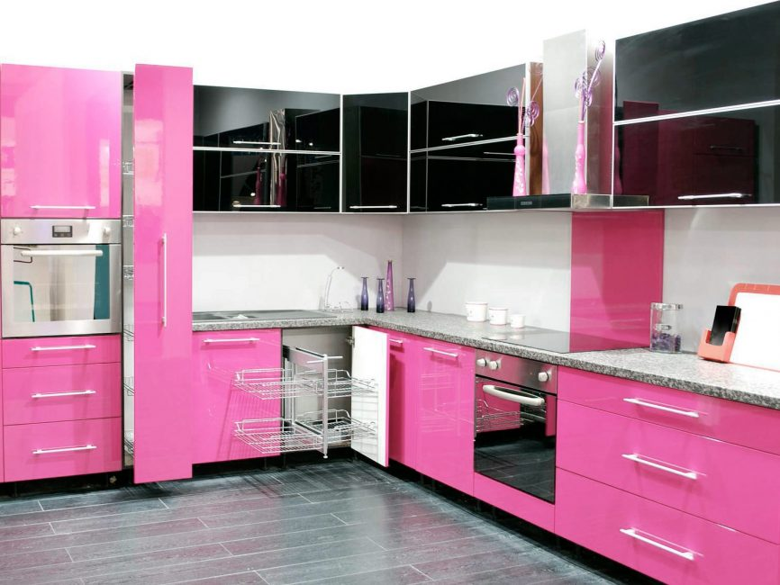 Черно-розовая кухня с продуманной функциональной гарнитурой