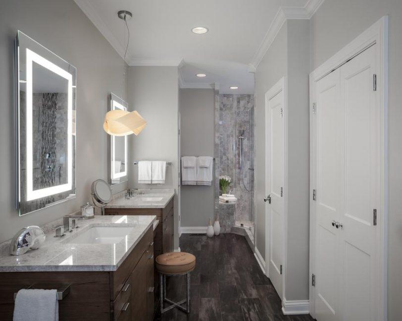 Белая ванна с сенсорным зеркалом