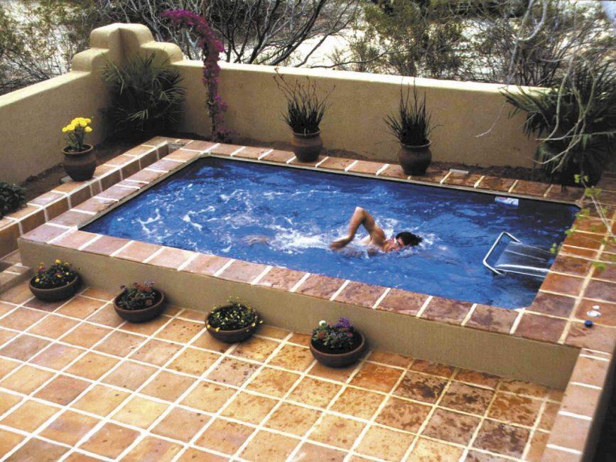 Для дачи подойдет небольшой бассейн
