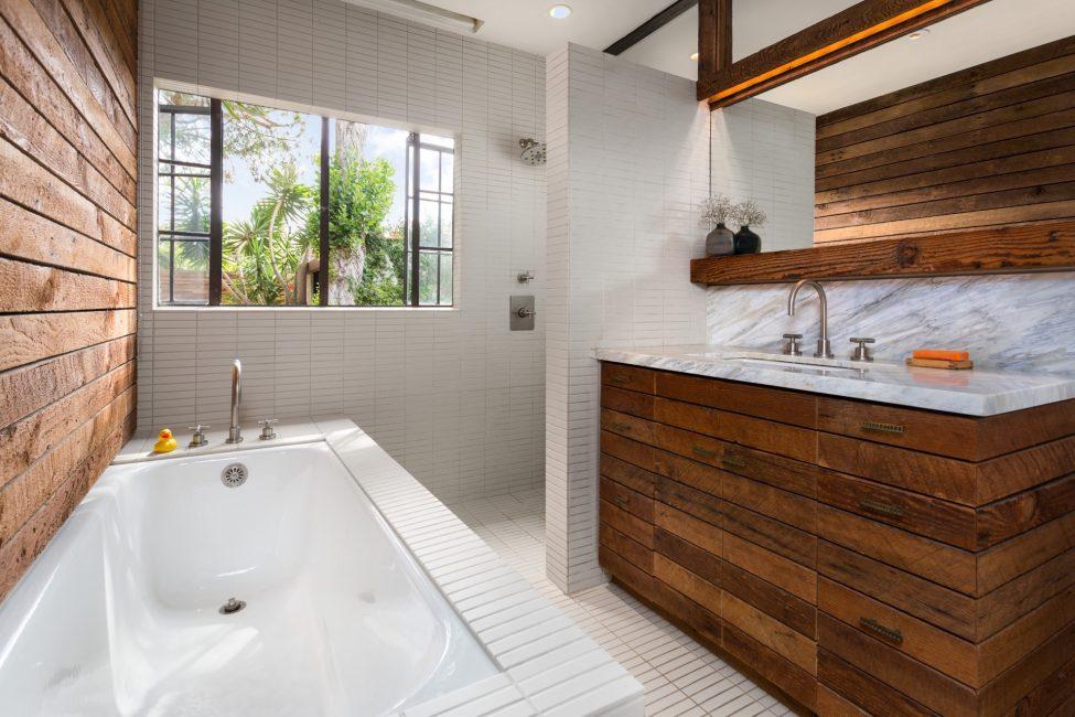 Такая ванная требует особого ухода