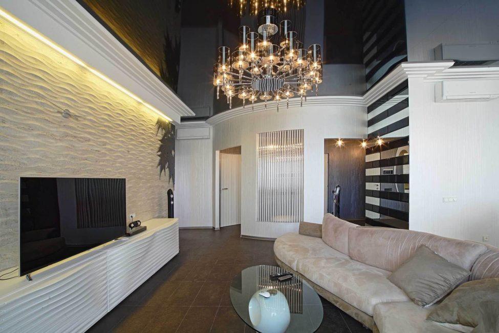 Черный потолок занижает высоту стен