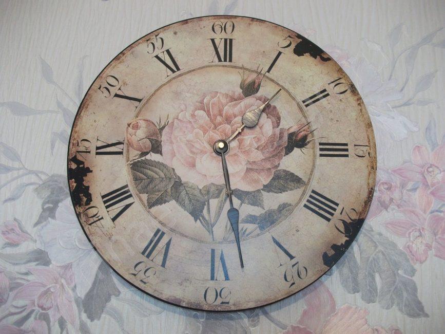 Красивые часы в мирной атмосфере загородного дома