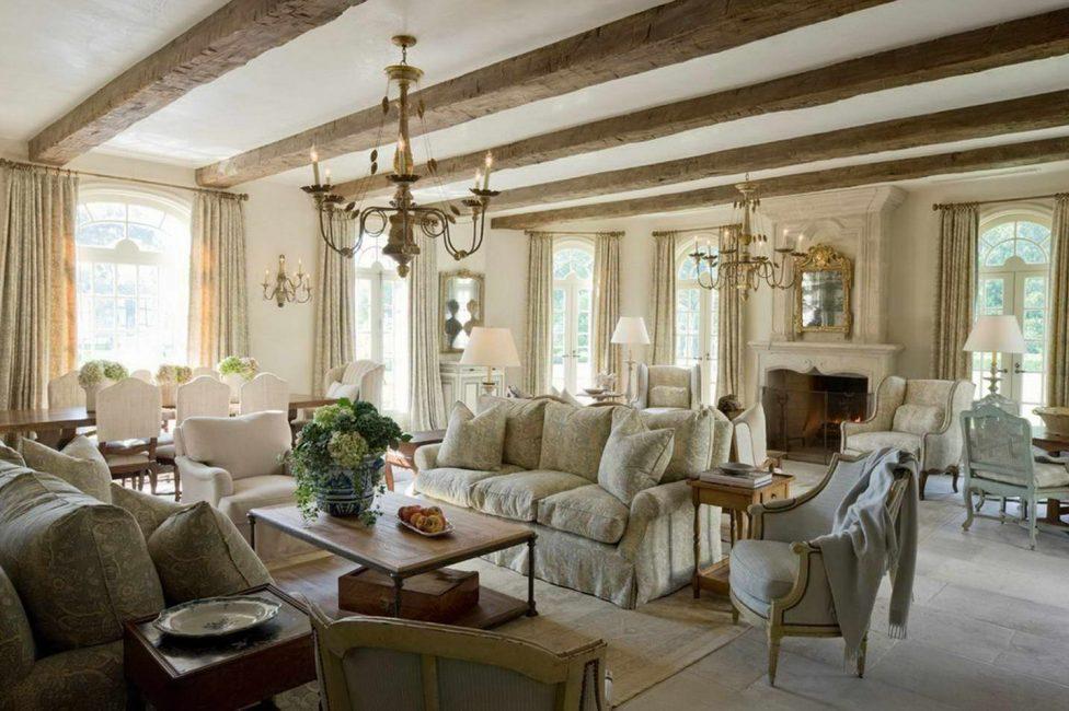 Украсьте потолок деревянными балками