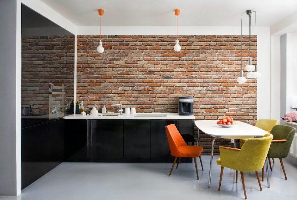 Такая стена добавляет выразительность в дизайн