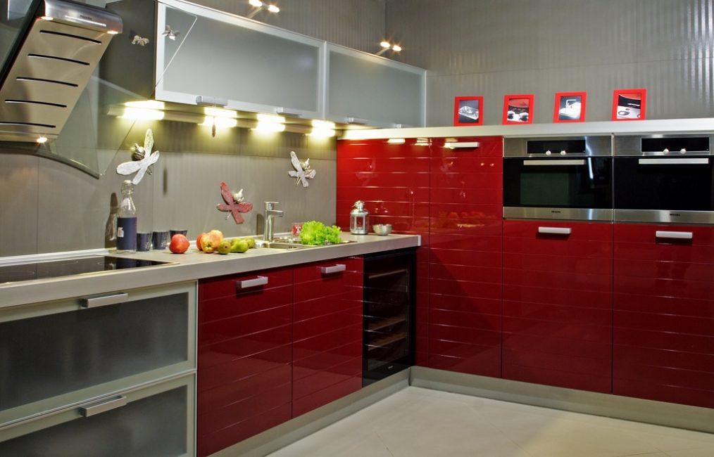 Красные кухонные шкафы с белыми стенами