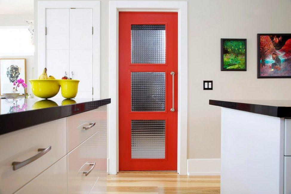 Дверь также может стать изюминкой кухни