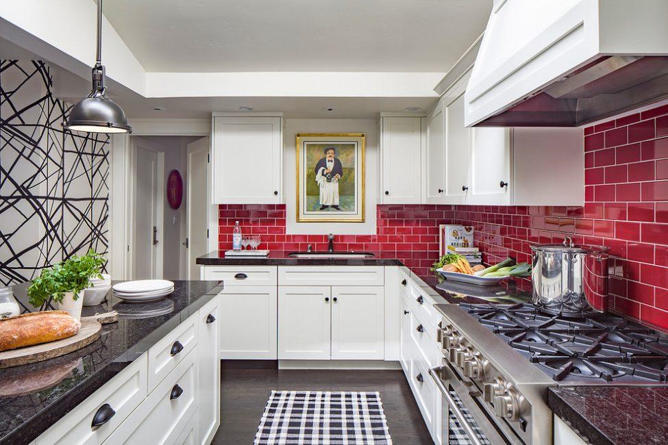 Вариант использования красного кафеля на кухне
