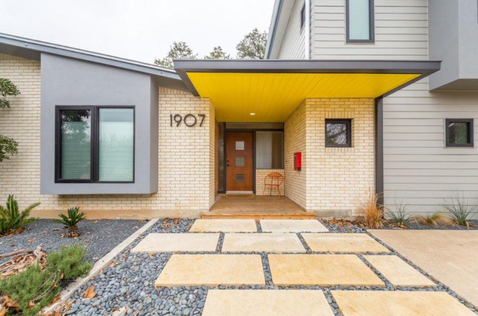 Удачный вариант – желтый с темными дверьми и окнами