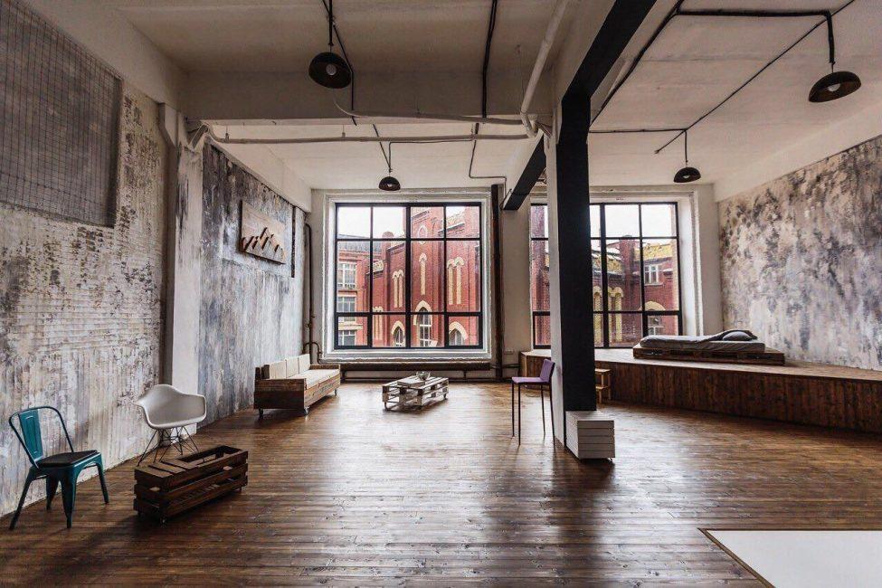 Для этого стиля подходят здания с потолками от 4-х метров, большими окнами и просторной планировкой без перегородок