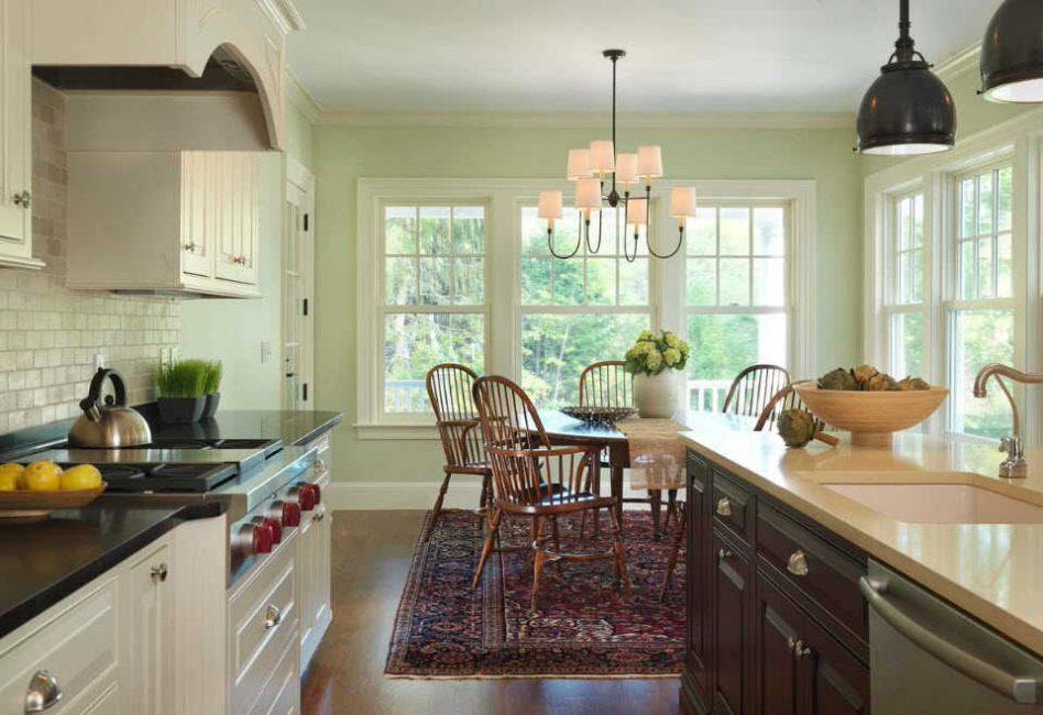Люстру подбирайте строго под стиль всей кухни