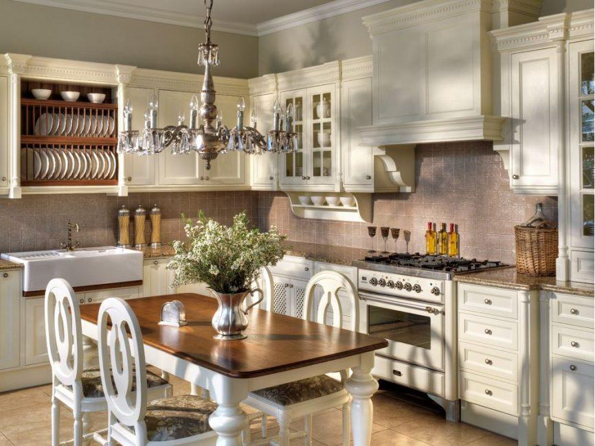 Традиционные кухни прекрасно выглядят с люстрами, расположенными над столом для еды