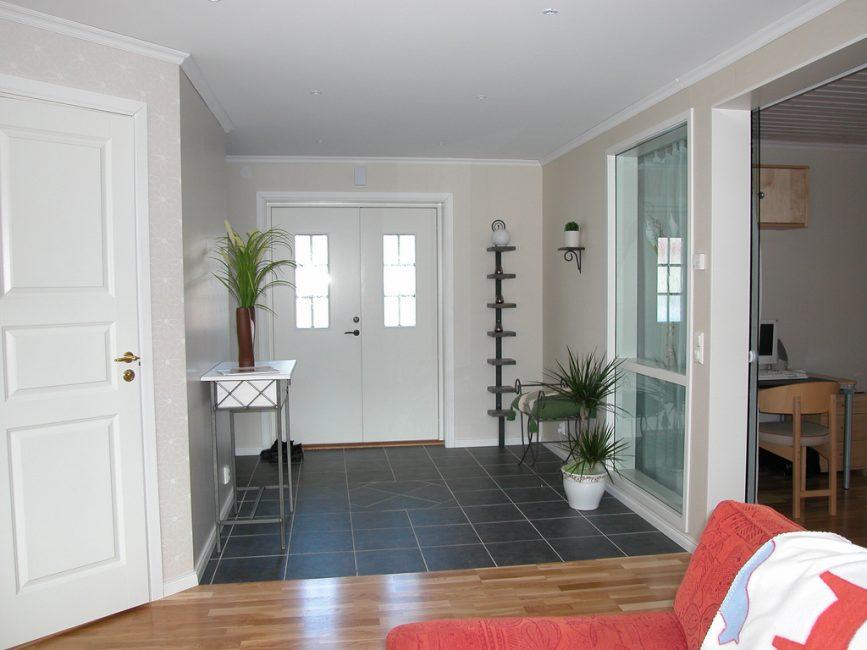 Темный цвет используется для зоны возле двери