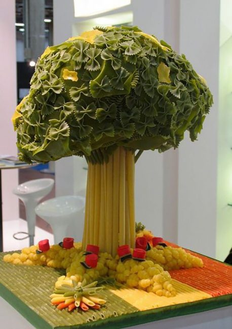 Преимущество макарон и в том, что их легко покрасить в нужный цвет