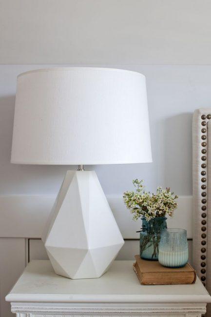 Интересный дизайн лампы в белом цвете