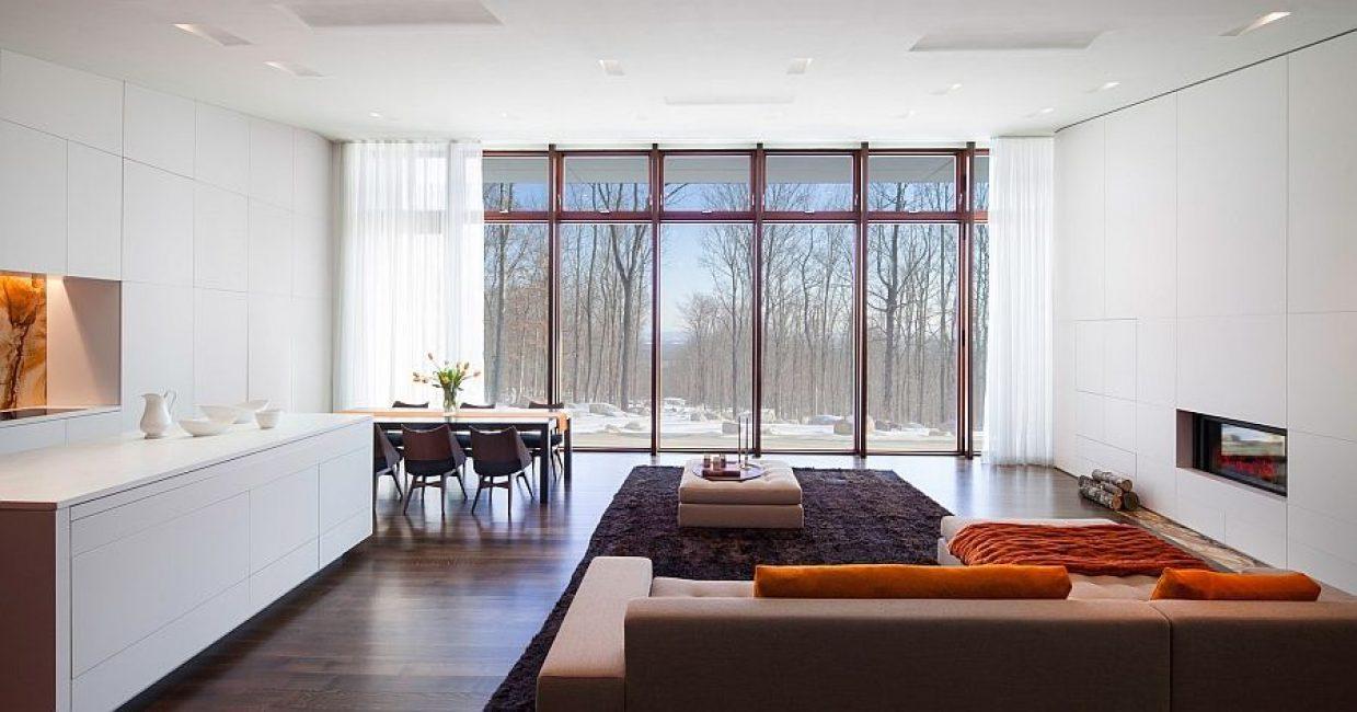 Большие окна пропускают много естественного света