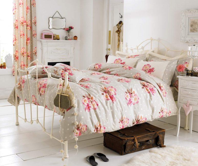 Красивое покрывало с цветами - украшение спальни