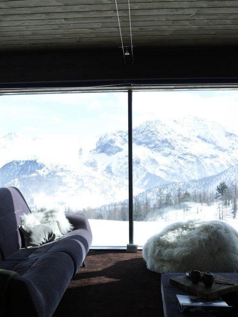 Используйте искусственные меха на диванах