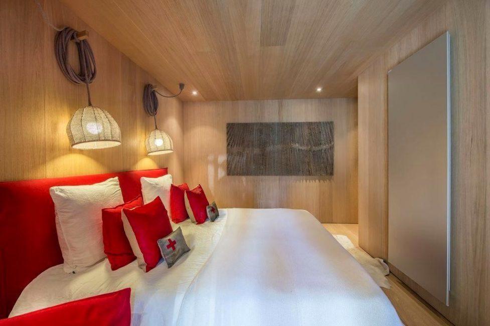 Красные подушки, как яркий элемент интерьера