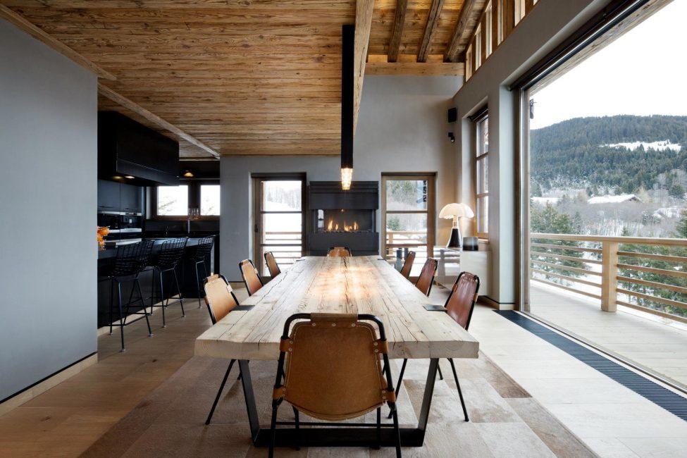 Большой деревянный стол