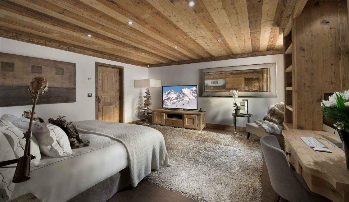Комфортная спальня с рабочей зоной