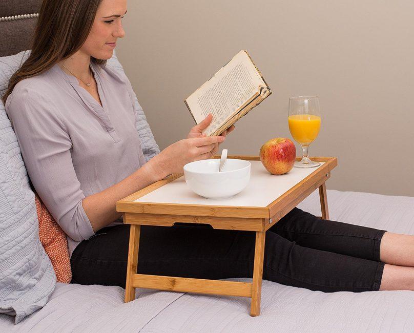 Выбирайте бамбуковый столик, так как он сделан из экологически чистого материала