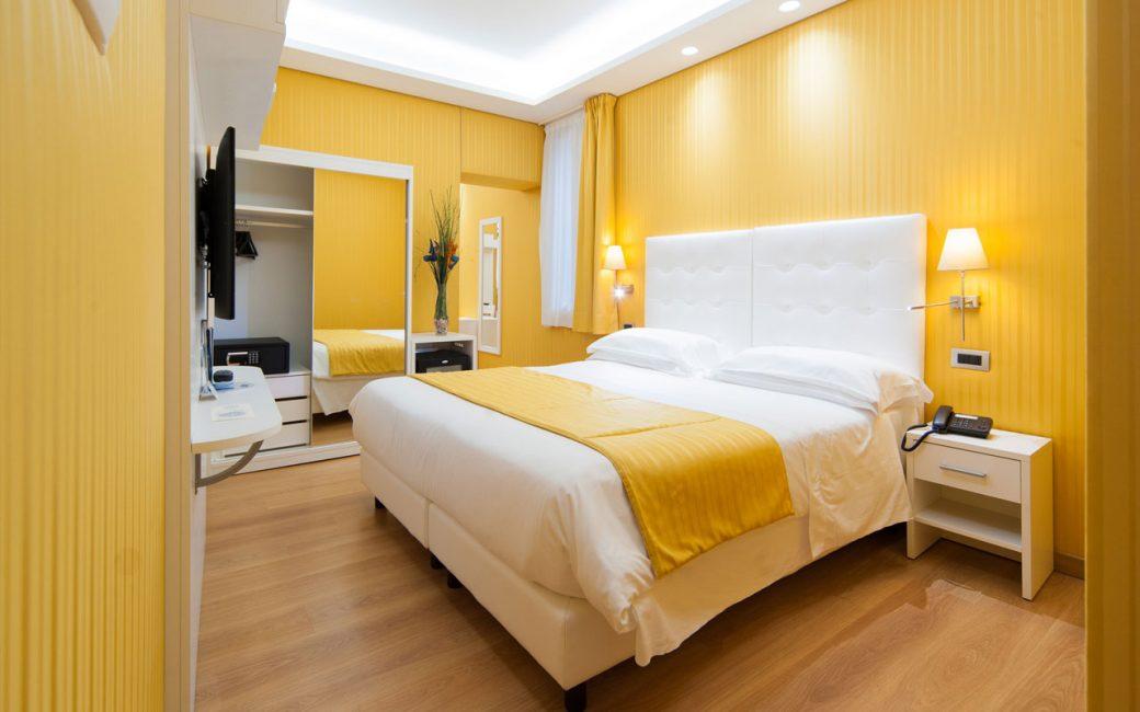 Оттенки желтого на стенах спальни делают ее просторнее, уютнее и светлее