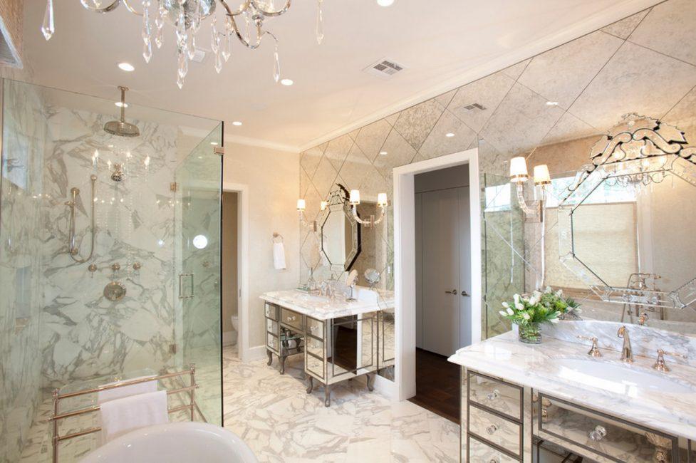 Для ванны выбирают большие отражающие поверхности