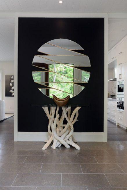 Зеркальные поверхности увеличивают узкие комнаты