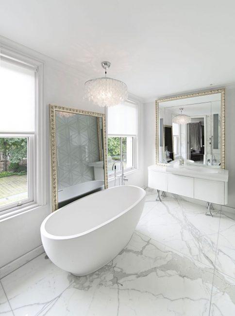 Большие мраморные плиты в ванной комнате