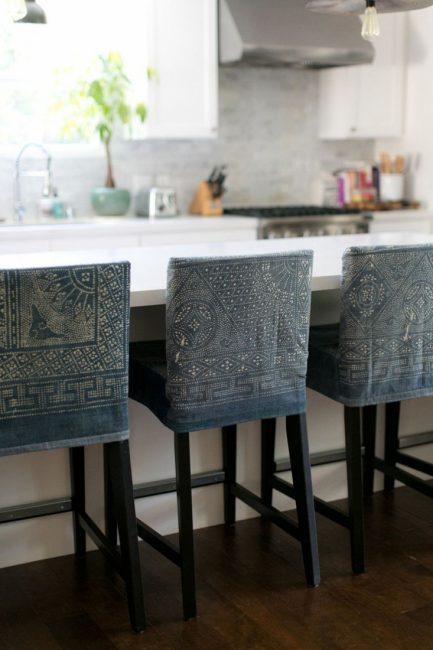 CHehly-na-stulya-0110-433x650 Чехол на табурет для кухни (30 фото): кухонные чехлы своими руками