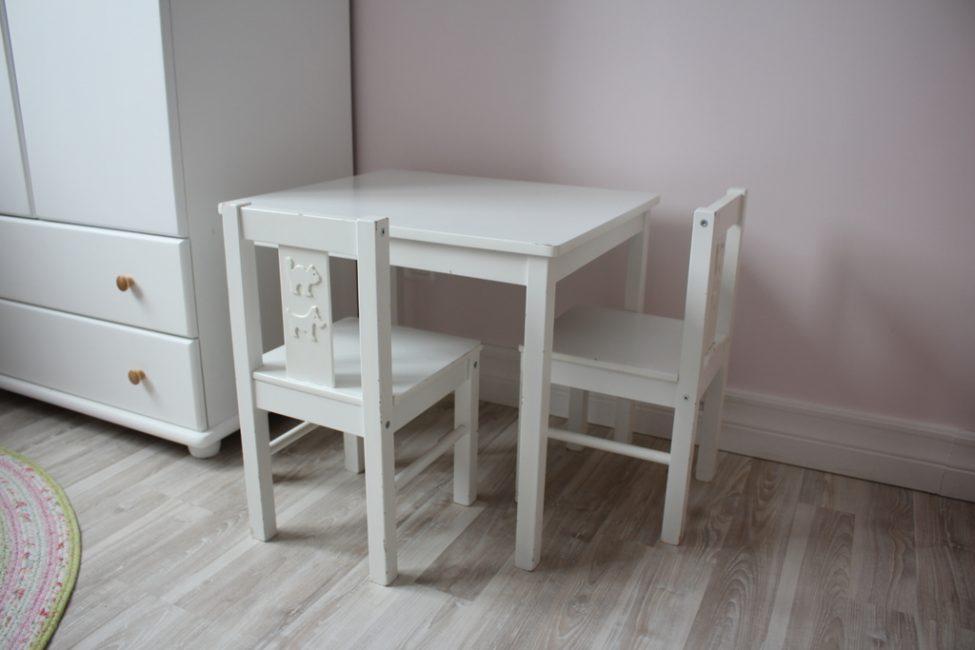 Существует большое количество разных стульев и столов