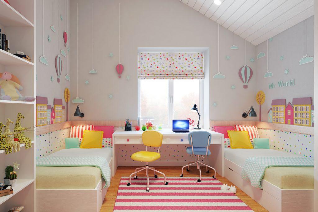 Тогда игровая или рабочая зоны располагаются у окна, а шкафы — вдоль свободной стены или в углах комнаты.
