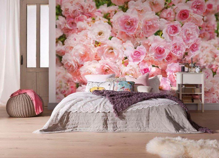 Изображение цветов у изголовья кровати