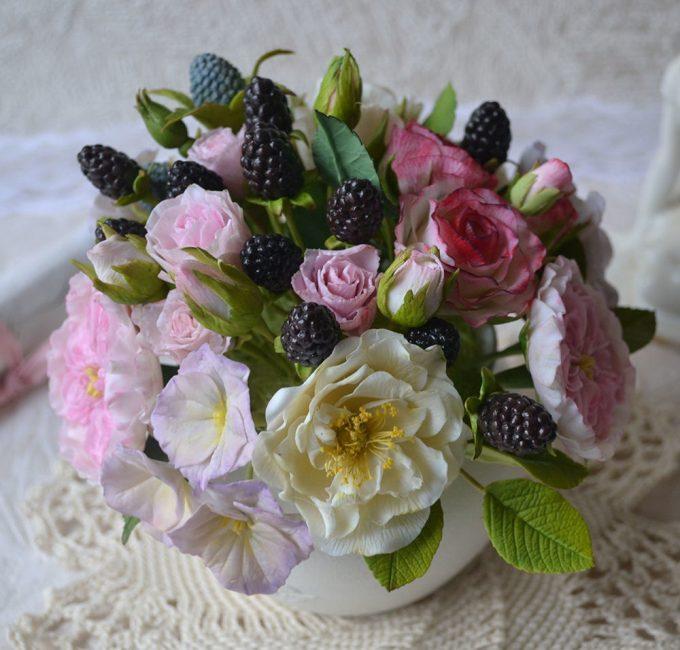 Искусственные цветы подходят для декорирования любого помещения