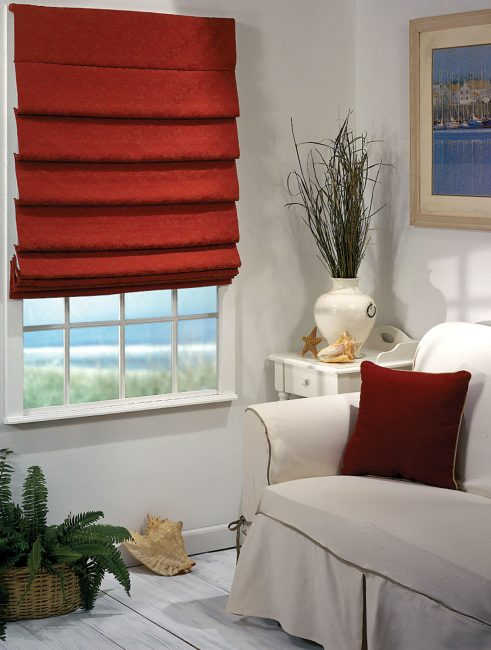 Римская штора – это гардинное полотно, на которое закреплены жесткие стержни