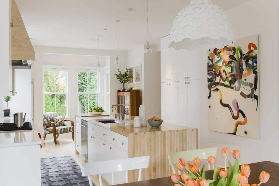 Подчеркивает общую стилистику комнаты