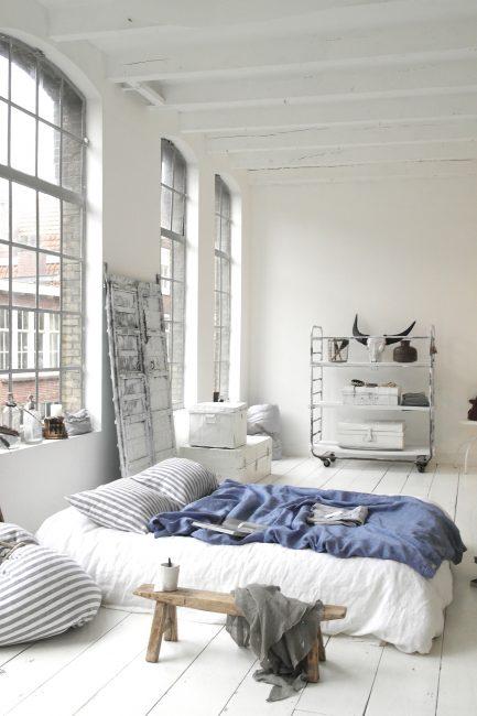 К светлой мебели проще выбрать декоративные предметы